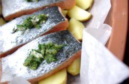 Łosoś z zielonym nadzieniem i ziemniakami