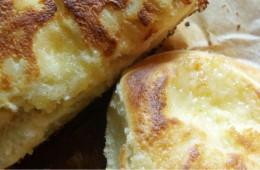 Sernik na drożdżowym cieście i bułeczki z serem