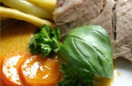 Pieczona karkówka z sosem mięsno – marchewkowym