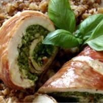 Roladki drobiowe z pesto szpinakowym w szynce Prosciutto Crudo z kaszą gryczaną