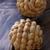Zawieszki na choinkę z łupin pistacji
