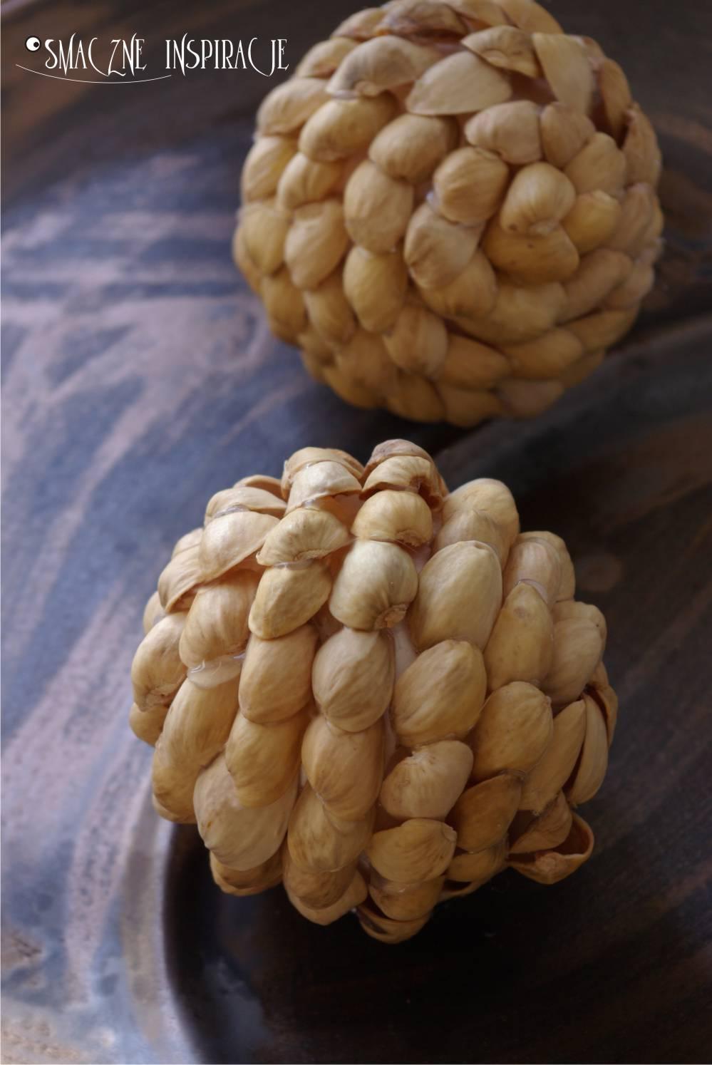 1_ Zawieszka na choinkę z łupin pistacji