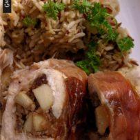 Kieszenie z kurczaka nadziewane gruszką i rodzynkami otulone prosciutto crudo oraz risotto pietruszkowe (bez glutenu)