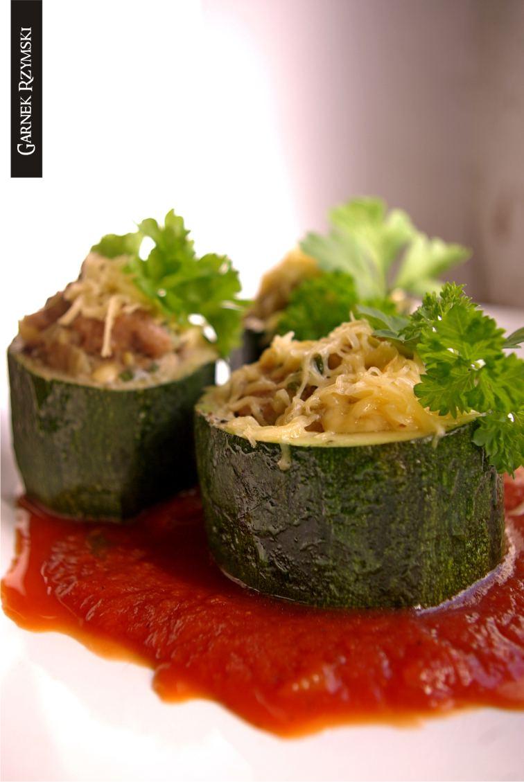 2_ Supki z cukini nadziewane mięsem z sosem pomidorowym