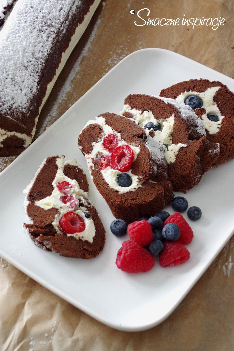 1_ Rolada czekoladowa z bita smietana i owocami