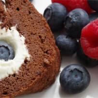Rolada czekoladowa z bitą śmietaną i owocami (bez glutenu)