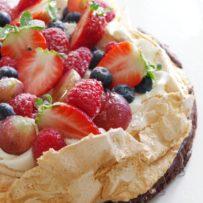 Beza na spodzie brownie z owocami (bez glutenu)