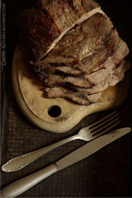 Świąteczna pieczeń wołowa z sosem borówkowym