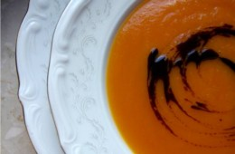 Zupa dyniowa wzbogacona smakiem pomidorów