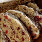 Świąteczne ciasto drożdżowe z wiśniami, żurawinami, orzechami i migdałami
