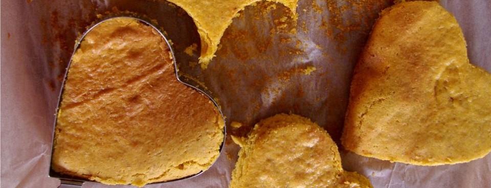 Torciki w kształcie serduszek z masą serową oraz bajaderki (bez glutenu)
