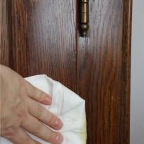 Jak pielęgnować powierzchnię mebli drewnianych